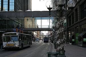Passerelle reliant deux immeubles.