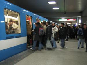 Une rame de métro à la Station Berri-UQAM à une heure de grande affluence