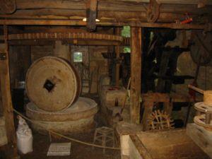 Ancien mécanisme de moulin à eau