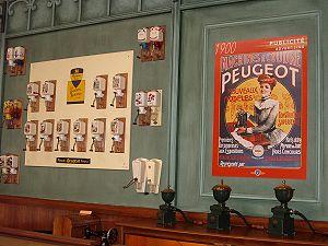 Moulins à café et publicité pour machines à coudre Peugeot.