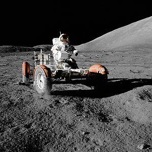 Eugene A. Cernan conduisant un Rover lunaire lors de la mission Apollo 17