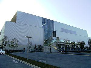 Les usines modernes cherchent à éviter les cheminées et tuyauteries apparentes(Incinérateur de Naka, Japon)