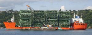 Le Swan et sa forme d'ancien pétrolier, avec une passerelle à l'avant.