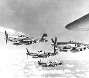Un groupe de P-51D et B équipés de réservoirs largables