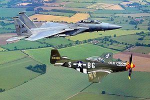 P-51D actuel en formation avec un F-15