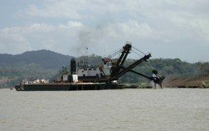 Une drague à godets entretient le canal de Panamá.