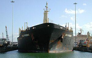 Le Sea Phoenix dans une écluse du canal de Panama. Bien que n'atteignant pas la taille Panamax, il semble à peine rentrer