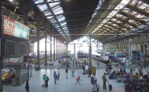 La grande verrière, avec des TGV à quai.