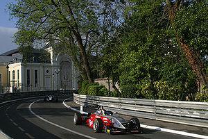 Le circuit de Pau emprunte les rues de la ville, et ressemble par différents aspects au Grand Prix de Monaco.