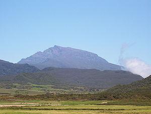 Point culminant de la Réunion du haut de ses 3 070 mètres d'altitude, le Piton des Neiges est le plus haut sommet des Mascareignes.