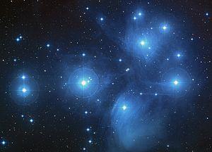Les Pléiades, un amas ouvert d'étoiles jeunes située dans la constellation du Taureau.