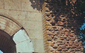 Détail de la porte Saint-André de l'enceinte gallo-romaine d'Autun. La partie de gauche est en grand appareil régulier, celle du centre en petit appareil régulier. Ce parement forme coffrage pour le blocage de droite (pierres noyées dans du ciment).