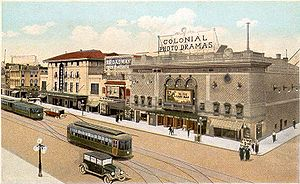 Une carte postale historique montrant un tramway électrique à Richmond, Virginie, où l'inventeur démontra avec succès son nouveau système dans une zone vallonnée en 1888. Le carrefour figurant sur la carte est celui de la 8e avenue et de Broad Street.