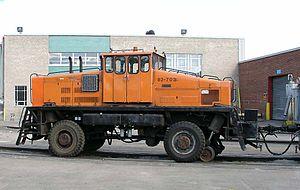 Les trains de travaux lourds sont tirés par des gros tracteurs tels que ce vieux