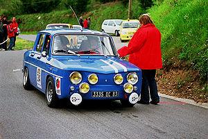 Ces modèles de série de Renault, gonflés par Amédée Gordini, se montraient particulièrement à l'aise sur les circuits sinueux comme Pau et dans les courses de côte
