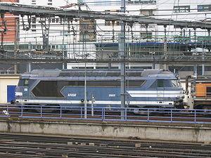 La BB 67232 garée près de Paris-Montparnasse, prête pour un éventuel secours sur la LGV Atlantique (24/03/2006)