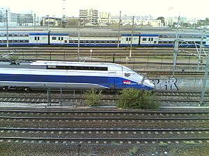 La motrice d'une rame POS passe au niveau de la gare Stade de France - Saint-Denis au nord de Paris (26/09/06).