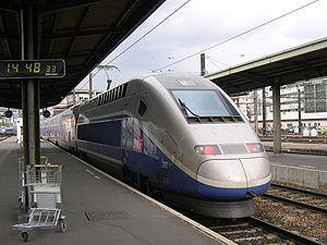 Un TGV Duplex quittant la Gare de Lyon à Paris.