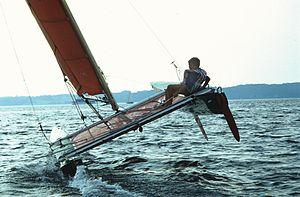 Catamaran «Tornado» à la gîte: la stabilité est assurée par l'écartement entre les coques.