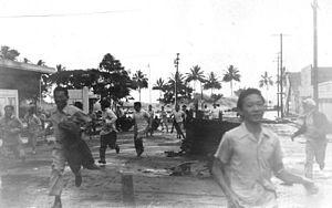 Illustration 1 - Hawaii gens fuyant à l'approche d'un tsunami sur Hilo, le 1er avril 1946.
