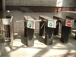 Portillons d'accès dans le métro de Cambridge (Massachusetts, USA).