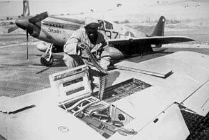 Un armurier du 99th FS recharge le P-51
