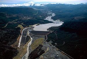 Barrage sur la Toutle River (comté de Cowlitz, État de Washington (USA), édifié en 1986-1989 par le génie militaire américain non pas pour retenir de l'eau mais pour stocker une partie des sédiments provenant de l'éruption majeure du volcan de Mont Saint Helens en 1980