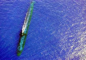 le USS Chicago (SSN 721), sous-marin américain de classe Los Angeles à l'immersion périscopique