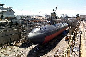 Le sous-marin USS Greenville de classe Los Angeles en cale sèche, montrant sa coque en forme de cigare.