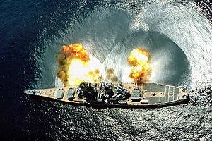 USS Iowa (BB-61) lors d'un exercice de tir près de Vieques Island, Porto Rico, le 1er juillet 1984.
