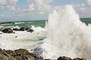 Une vague se brisant sur la côte sauvage de l'île d'Yeu