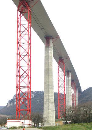 Viaduc de Millau tablier côté sud et les palées provisoires en rouge
