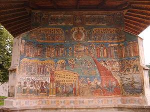 Le jugement dernier, peinture en style orthodoxe byzantin sur les murs de la monastères Vorone? construite en 1488 en Roumanie. On y voit a gauche le paradis avec les saints et l'Arbre de la Vie, à droite les enfers avec des démons et le feu qui descend dans les abysses et en haut l'image contemplative du Christ tout puissant. A droite et à gauche du Christ, on voit les signes du zodiaque .