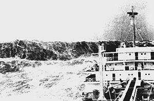 Vague scélérate vue d'un navire marchand (1993).