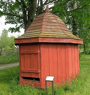 Abri de puits. Le toit en planches à clins est le point faible de ce type de construction. Résistant mal à la pluie, ses planches doivent être changées tous les 8 à 15 ans environ. Le sang de boeuf ou le minium (très toxique) de plomb ont au 19ème et début du XXème siècle été utilisés en guise de peinture et protection du bois.