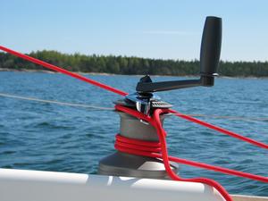 Winch self tailing et sa manivelle sur un voilier de plaisance