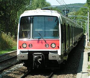 Rame Z 8100 du RER B. Elle est équipée d'un attelage Scharfenberg, clairement visible entre les tampons.