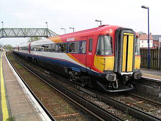 Rame électrique britannique  de la Classe 442 alimentée par troisième rail dans le Dorset.