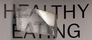 Un cristal de calcite fait apparaître l'image en double.