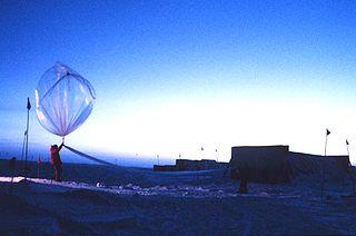 lancement d'un ballon sonde pour des mesures dans la couche d'ozone