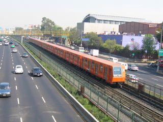 La ligne 2 du métro de Mexico sur la Calzada de Tlalpan