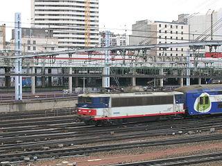 Une BB 8500 en livrée Ile de France en tête d'une rame VB2N quitte la  Gare Montparnasse à Paris.
