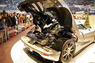 Coffre ouvert sur le moteur d'un modèle de sport, 2006.