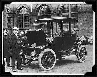 Thomas Edison inspectant une voiture électrique en 1913.