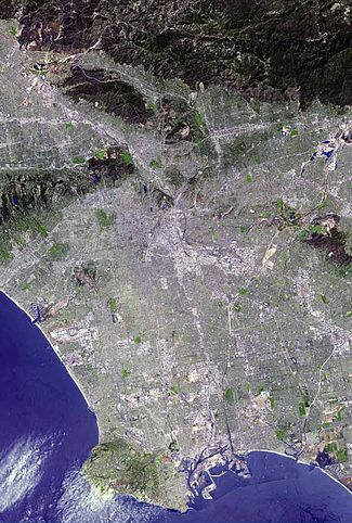 Une mégapole : photo satellite de l'extension urbaine du Grand Los Angeles, avec sur la côte un (en)boardwalk s'étendant sur 50 km.