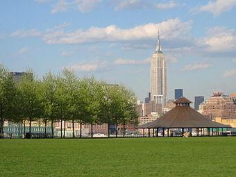 L'Empire State Building, depuis le Frank Sinatra Park, à Hoboken.