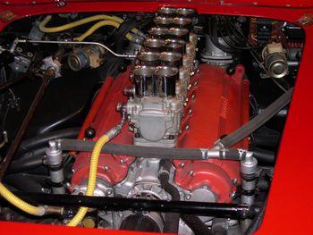Rampe de carburateurs sur une Ferrari 250 TR 61 Spyder Fantuzzi 250 Colombo Testa Rossa 1961