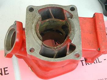 Cylindre à deux temps vu de dessous: de part et d'autre du cylindre, se trouvent les transferts, qui aboutissent dans le cylindre. L'admission se fait par la lumière de droite, et l'échappement par celle de gauche.