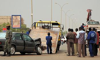 Nettoyage de la chaussée après un accident de voitures frontal sur l'avenue Charles de Gaulle à Ouagadougou