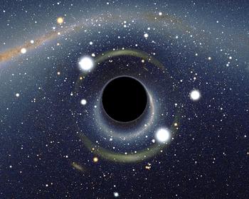 Image simulée d?un trou noir stellaire situé à quelques dizaines de kilomètres d?un observateur et dont l?image se dessine sur la voûte céleste dans la direction du Grand Nuage de Magellan. L?image de celui-ci apparaît dédoublée sous la forme de deux arcs de cercle, en raison de l?effet de lentille gravitationnelle fort. La Voie lactée qui apparaît en haut de l?image est également fortement distordue, au point que certaines constellations sont difficiles à reconnaître, comme par exemple la Croix du Sud (au niveau de l?étoile orange lumineuse, Gacrux, en haut à gauche de l?image) dont la forme de croix caractéristique est méconnaissable. Une étoile relativement peu lumineuse (HD 49359, magnitude apparente 7,5) est située presque exactement derrière le trou noir. Elle apparaît ainsi sous la forme d?une image double, dont la luminosité apparente est extraordinairement amplifiée, d?un facteur d?environ 4 500, pour atteindre une magnitude apparente de -1,7. Les deux images de cette étoile, ainsi que les deux images du Grand Nuage sont situées sur une zone circulaire entourant le trou noir, appelée anneau d?Einstein.